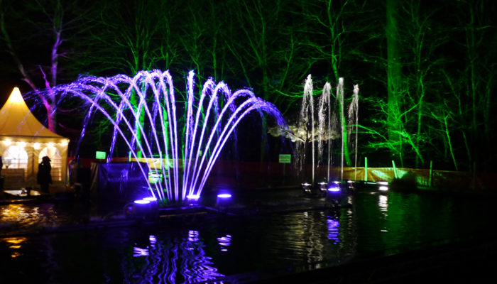 Wassershow und Wasserspiele in mobilen Wasserbecken