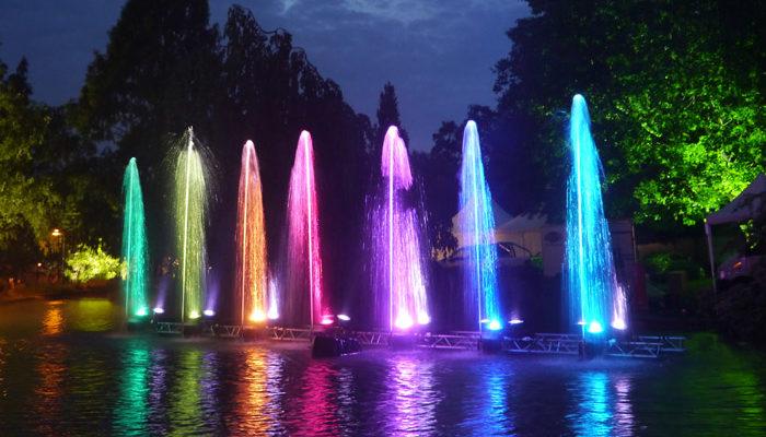 Wassershow mit animierten Wasserfontänen und LED Beleuchtung